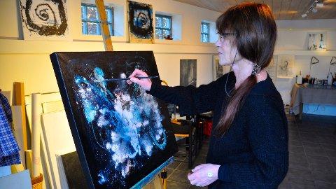 NY: Biletkunstnar Anne Aspen er ny i Sandnes. Etter mange år som kunstnar i Bergen etablerer ho seg nå i Austråttbakken.
