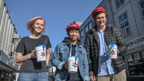 INNSAMLING: Thea Jonassen (fra venstre), Daniel Vu og Terje Hetland, russepresidenter ved henholdsvis Vågen, Sandnes, og Akademiet videregående skoler, skal ut og samle inn penger til Kreftforeningen.