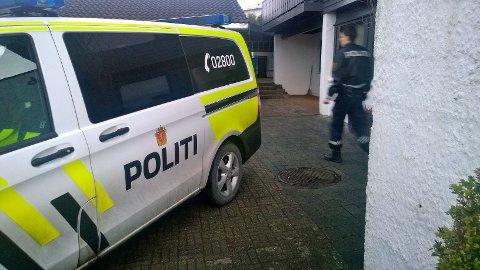 Politiet på åstedsundersøkelse etter at det kom inn melding om innbrudd på Lura mandag ettermiddag.