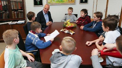 MØTE: Den iherdige guttegjengen overleverte underskrifter og ba ordføreren om hjelp til trafikksikkerhetstiltak i Postveien.