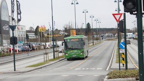 KONFLIKT: Flere steder langs bussveien, som Forussletta på Lura, risikerer bilister å måtte vente mange minutter på grønt lys når bussen skal fram.