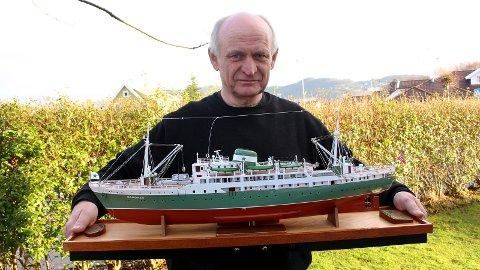 TI ÅR: Det har tatt Terje Gramstad ti år å bygge miniatyrmodellen av MS «Sandnes» som er bygget i målestokk 1:100.