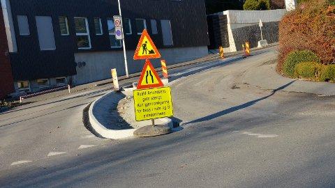 [b]IKKE HENSYN:[/b] Mange bilister blåser i forbudet mot gjennomkjøring i Roald Amundesens gate. Nå vil kommunen vurdere tiltak dersom forholdene ikke bedrer seg.