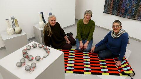 I FULL SVING: Da Sandnesposten kom på besøk fredag var tre av kunsterne opptatte med å gjøre klart for søndagens åpningsdag . Brita Been er ikke med på bildet, men teppet på gulvet er ett av hennes selvkomponerte verk. Til venstre sitter Barbor Hernes som driver med keramikk. Tekstilkunstner Dorthe Herup i midten, mens smykkespesialisten Fie von Krogh sitter til høyre.