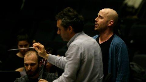 KULTURHUSET: Siddisen Espen Solbak ein ettertrakta opera-og konsertsongar som opptrer som ein av solistane under konserten. Her øver han før konserten, saman med det italienske orkesteret.