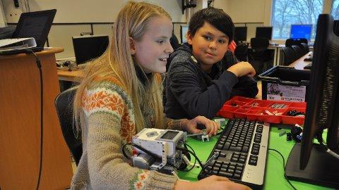 KODING: Tonje Fiveland og Thomas Johansen likte å få gang på robotane på Sandved skole.
