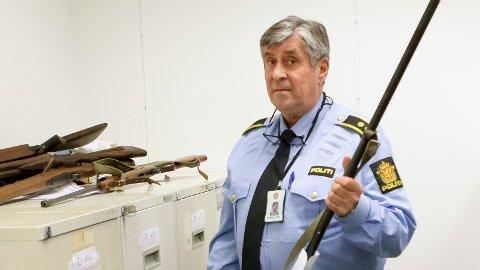 FORNØYD: Etterforskningsleder ved politistasjonen i Sandnes, Bjørn Hermansen, er glad for at de allerede har mottatt to våpen fra publikum. Han anbefaler alle med uregistrerte våpen om å bruke amnestiperioden fram til 31. mars.