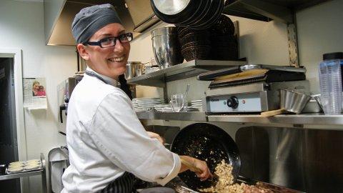 HUNDRELAPP: Bådeog er et av stedene som serverer mat til en hundrelapp under 100-ugå. Her svinger kjøkkensjef Norunn Gjesdal Eltervåg grytene under 100-ugå for to år siden.