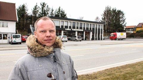 BEKYMRET: Christian Waage er spent på hvordan Bussveien, som skal gå gjennom Stavangerveien i bakgrunnen, vil påvirke den populære veikroen.