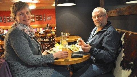 LUNSJDATE: Det er fint å kombinera god lunsj under 100-ugå synest Marianne Gjesdal Lyngås og Jan Roger Lyngås. Dei hadde ein betre lunsj måndag.