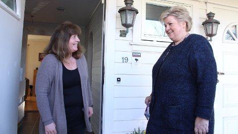 HUSBESØK: Toril Laksesvela fikk statsminister Erna Solberg (H) på husbesøk tirsdag kveld.