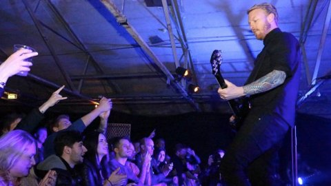 FESTIVAL: Musikar Terje Winterstø Røthing er overbegeistra for Tvangsefestivalen. Laurdag speler han på Figgjo med prosjektbandet Bodies. Her er han i sving på ein anna konsert.