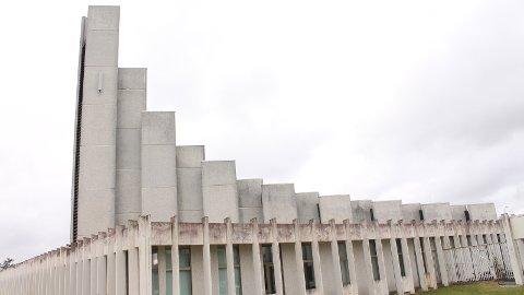 FORFALL: Deler av søylene rundt Gand kirke ramler av. Utbedringskostnadene kan ligge på i underkant av fem millioner kroner.