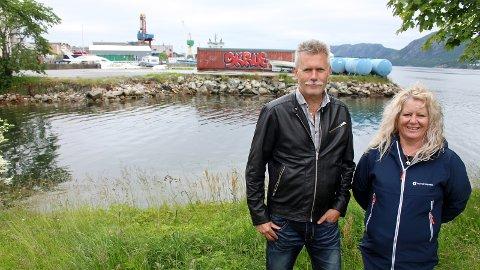 VIL FLYTTE HUS: Frp-politikerne Mangor Malmin og Inger Lise Erga ønsker å fylle ut en del av Gandsfjorden for å flytte den gamle bebyggelsen fra Strandgata, slik at Bussveien kan anlegges uten at syklister må dele veibane med bussene.