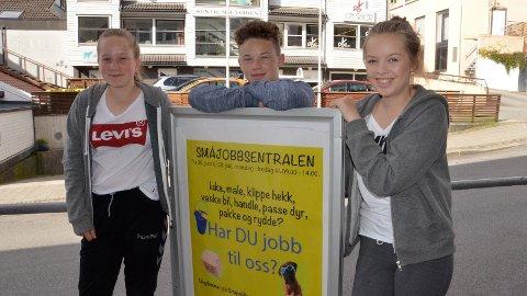 [b]FIKK JOBBE:[/b] Marie Sviland Strand (t.v.), David Hesselager og Kamilla Weronicha Hetland Lutsi var tre av ungdommene som i år fikk jobboppdrag gjennom Småjobbsentralen.