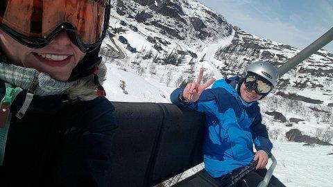 PÅSKESTEMNING: Linn Rasmussen og Stian Horseng tok tidlig påskeferie og fikk maks uttelling på Tjørhomfjellet.