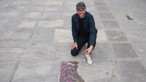 KUNST: Nils-Thomas Økland har tatt bronseavstøpninger av det gamle dekket i Langgata og felt dem inn i det nye.