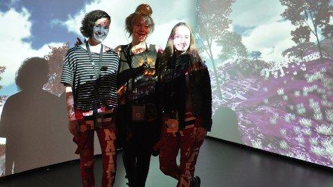 VITENFABRIKKEN: Kunstnar Pia Myrvold er opptatt av å få publikum med inn i den interaktive utstillinga. Her poserer ho med Vågen VGS-elevane Nathalia Chancy (t.v.) og Birgitte Hetland.