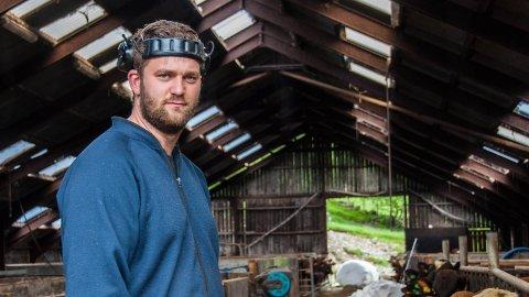 INVESTERTE: 25 år gamle Andreas Svihus har investert millioner i dyr, maskiner og bygninger på familiegården i Søredalen.
