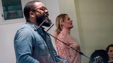 KONSERT: Olav Larsen er i gang med innspeling av nytt album. Laurdag held han konsert i kjellaren på Varatun Gård.