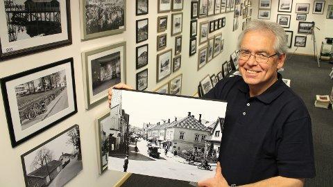 VISER FRAM SKATTER: Arild Rostrup viser fram mange av sin fars gamle fotografier fra Sandnes i den nye utstillingen. Foto: Andreas Dirdal Kydland