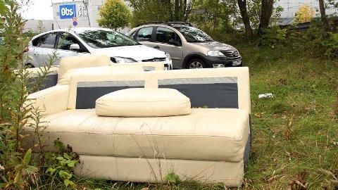 DUMPET: Forrige uke ble området ved personalparkeringen til Kvadrat innredet med denne sofaen. – Det skjer noen ganger i året at folk dumper ting på området vårt, sier senterleder Bent O. Hansen.