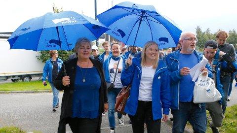STOR TRO: Erna Solberg (t.v.) har stor tro på at Tina Bru ved hennes side vil gjøre en god jobb som minister i regjering.  Til høyre for kvinnene er Guttorm Stangeland fra Sandnes Høyre. Bildet er tatt på Smeaheia i anledning tidligere valgkamp.