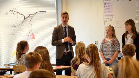 [b]MÅTTE SVARE:[/b] Knut Arild Hareide ble utfordret både på miljø og skolespørsmål da han møtte elevene i klasse 7A ved Smeaheia skole.
