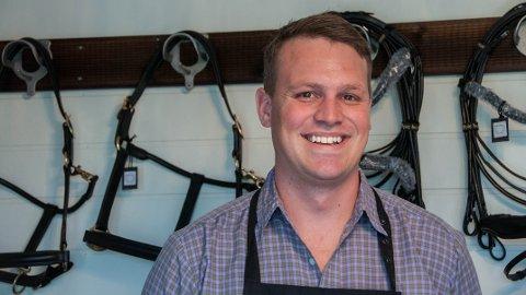 EGET FIRMA: Salmaker Marco Smith har tidligere jobbet for Norges største salmaker. Nå har han startet Smith Saddle Company med base på Rossåsen.