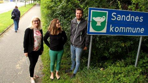 PÅ SANDNESSIDEN: Trioen Sofie Margrethe Selvikvåg, Hanne Marte Vatnaland og Geir Pollestad fra Senterpartiet ser helst at dette skiltet på Lura blir stående i framtiden, selv om gauken i kommunelogoen på dette skiltet av en eller annen grunn er speilvendt.
