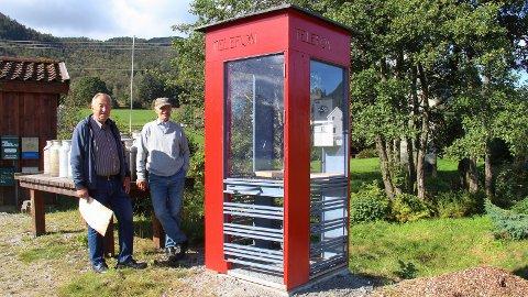 RIKS: Ragnar Christoffersen og Guttorm Ims viser stolt fram den nye, hjemmelagde telefonkiosken i Dreggjavikveien på Bersagel, som med første øyekast er lik «Riks»-kioskene som tidligere fantes på de fleste offentlige steder.