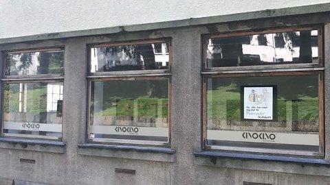 [b]TOMT:[/b] Kun tre av åtte gamle kinoplakater er igjen i vinduene til KinoKino. I løpet av sommeren har åtte plakater forsvunnet.