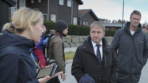 GAV BESKJED: Helene Barkved diskuterte med Pål Morten Borgli (Frp) og leder for bydelsutvalget på Austrått, Per-Einar Sæbbe (Ap), da partene møttes i 2016.