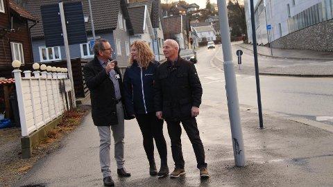 SKIPPERGATA: Ragnvald Erga (Ap), Inger Lise Erga (Frp) og Martin S. Håland (Sp) i utvalg for byutvikling er ikke fremmed for å flytte hus fra Skippergata, dersom det er mulig og nødvendig for å gi plass til både bil og buss.