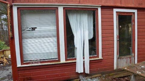 [b]FORFALL[/b]: Mange av vinduene i hytta er knust og det er fritt fram for uvedkommende å ta seg inn.