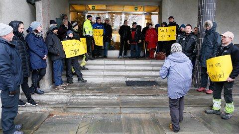 PROTESTERTE: Rundt 30 personer møtte opp i forkant av formannskapsmøtet mandag. Flere av dem møtte med plakater.