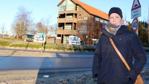 BOMSKEPTISK: Ingvild Sundby vurderer å legge handelen til andre kommuner hvor hun kan kjøre bomfritt når bomringen kommer til høsten.