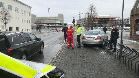 TRAFIKKULYKKE: En bil var involvert i en trafikkulykke like utenfor kulturhuset i 13.50-tiden mandag.