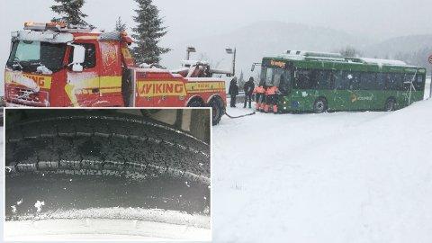 GLATT: En buss trengte hjelp på Bogafjell i morgentimene torsdag. En leser reagerer imidlertid på dekkene bussen kjørte med.