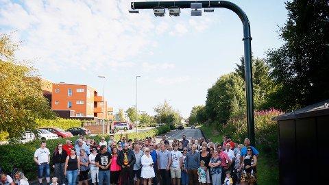 ENGASJERTE: Gjengen som tirsdag kveld samlet seg ved bomstasjonen i Dyre Vaas vei gleder seg ikke nevneverdig til den nye bomringen trer i kraft i oktober.