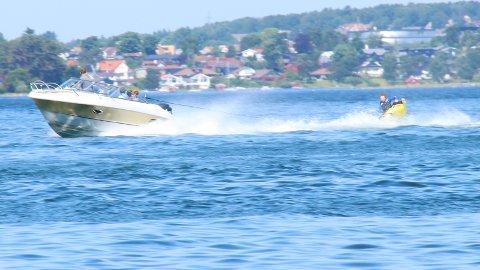 PLASK: Ett sekund etter dette bildet ble tatt, traff Isak Stangeland en bølge og endte opp med en tur i fjorden. Han var én av mange som kjølte seg ned i Gandsfjorden i sommervarmen torsdag.