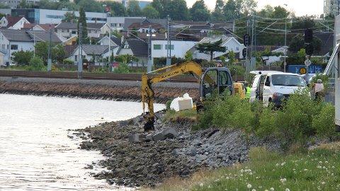 BYSTRAND: Denne uken starter arbeidet med å lage bystrand i Luravika.