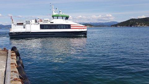 USKEKALVEN: Her kjører hurtigbåten fra Uskekalven. Fastboende og hyttefolk ser gjerne båten etter klokken 20 lørdager og søndager også.