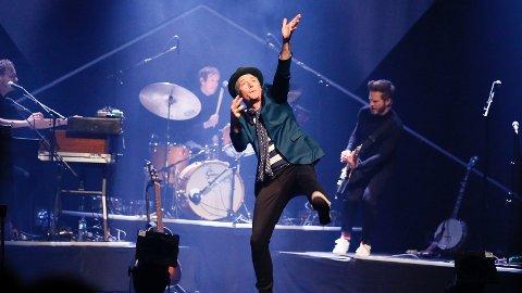 DEBUT: Morten Abel på scenen i kulturhuset. Fredag blir han og finne på Sandnes Sparebank Arena.
