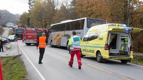 [b]BUSSULYKKE: [/b]Minst fem personer er skadet etter bussulykken i Lyngdal i ettermiddag.