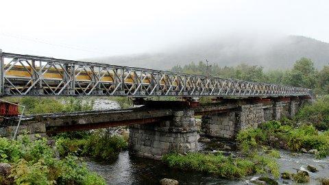 SVIKT: I sommer ble det oppdaget svikt i bærende konstruksjoner på denne broen på Bråstein.