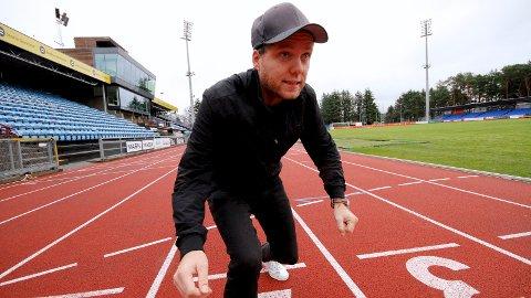 Rune Bjerga på Sandnes stadion. Det blir lett blanding mellom bil, gåing og jogging når han skal forflytte seg i sommervarmen.