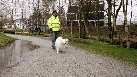 PÅ TUR: Hver dag er Arvid Rettedal og hundene på tur i Sandvedparken. Nå gruer han seg til vår- og sommerhalvåret når flere syklister i høy fart tar parken i bruk.
