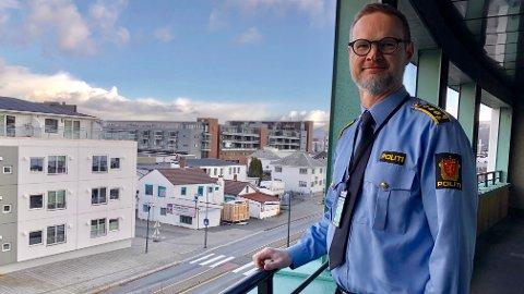 FÆRRE OPPDRAG: Politistasjonssjef Magnus Jåtun mener det har vært en nedgang i utelivsrelaterte oppdrag under pandemien, men at de har vært nødt til å øke innsatsen på andre områder.