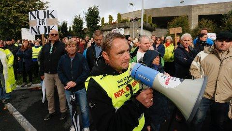AKTIV: Sigurd Sjursen holder apell utenfor sykehuset og ved det som på folkemunne kalles for «Skammens bom» Nå er Sjursen invitert inn på møterommet til styringsgruppen.